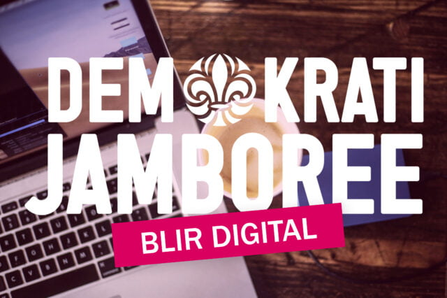 Text demokrati jamboree blir digital, i bakgrunden laptop och kaffekopp