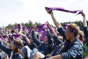 Scouter viftar med Equmeniascouthalsdukar