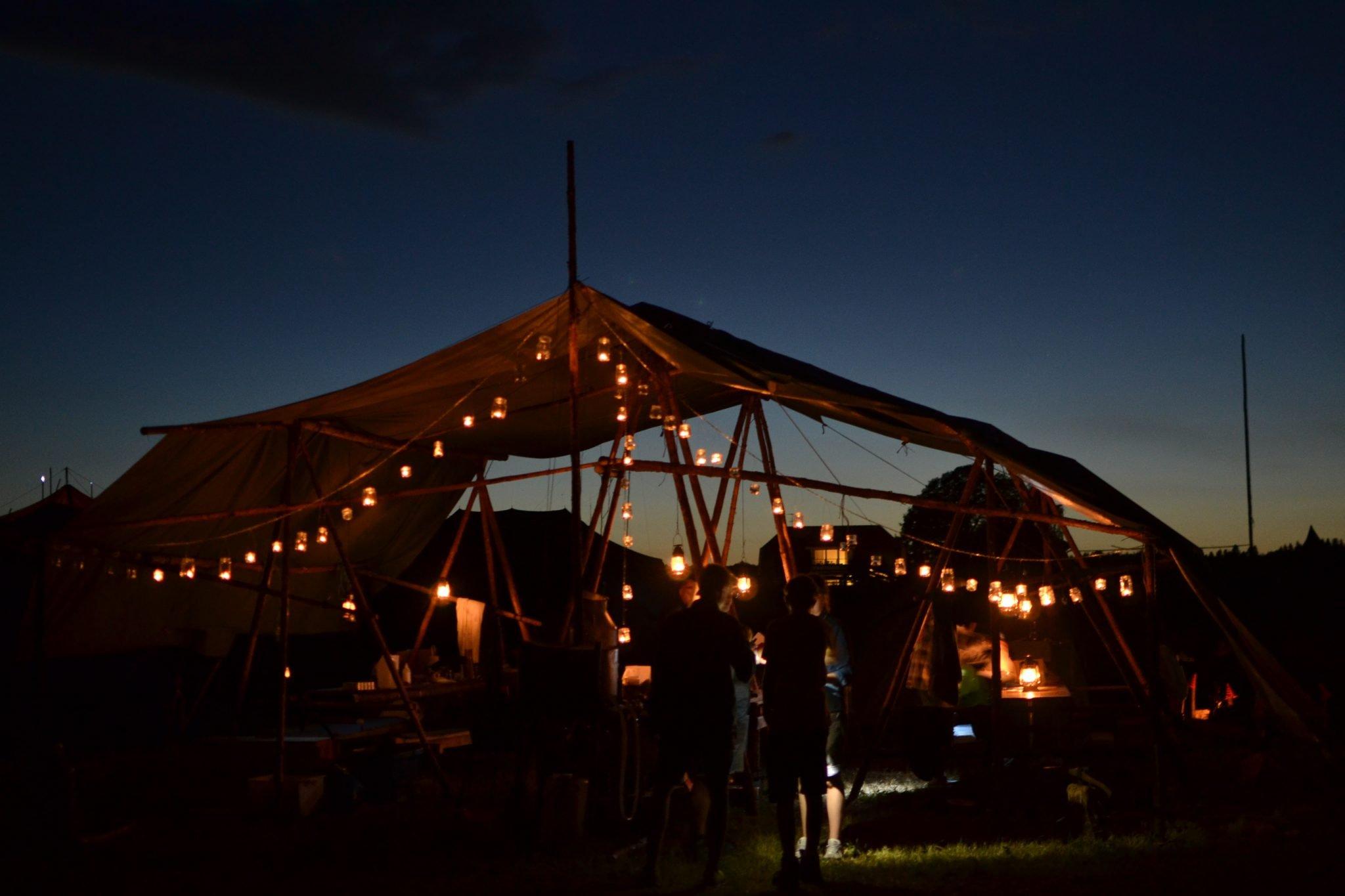 Scoutkök med många ljuslyktor i mörker.