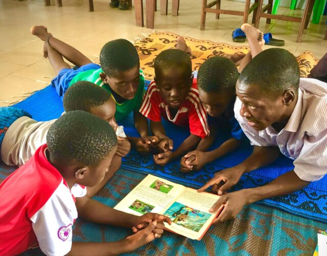 Därför berättar Judi sagor på idrottsskolan i Kongo