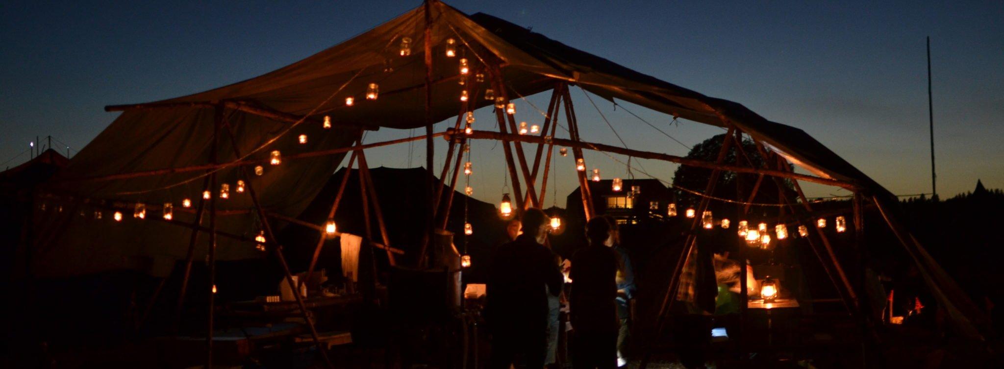 Scoutkök med ljuslyktor i mörker