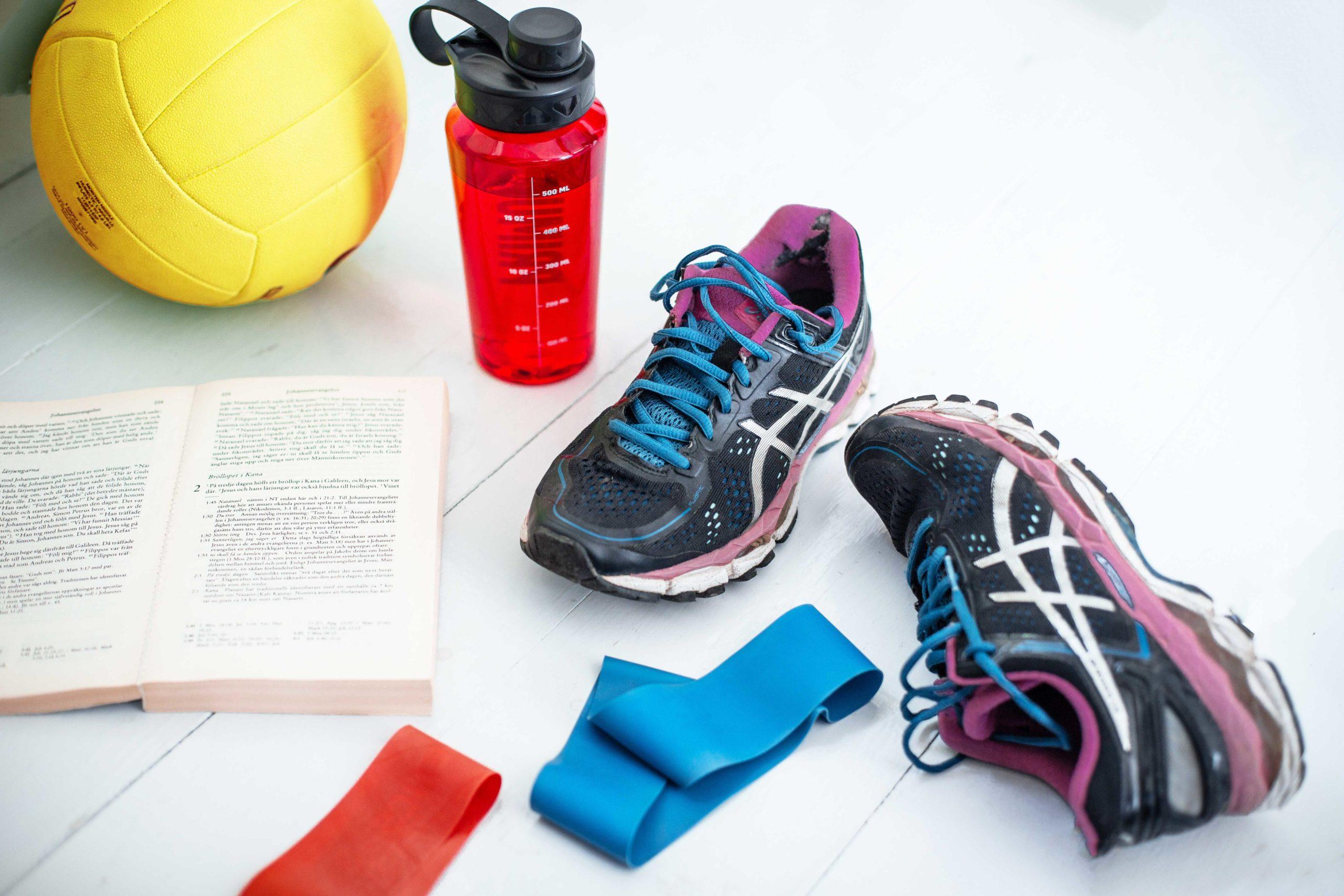 Pulsbild med gympaskor, boll, vattenflaska, gummiband, bibel.