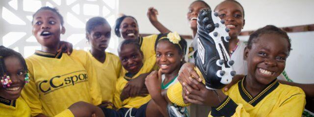 Flickor och fotbollssko