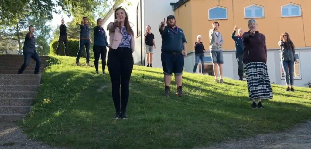 Utomhusledarsamling i Stuvsta och ledarna övar och spelar in dans till Recruit Song.