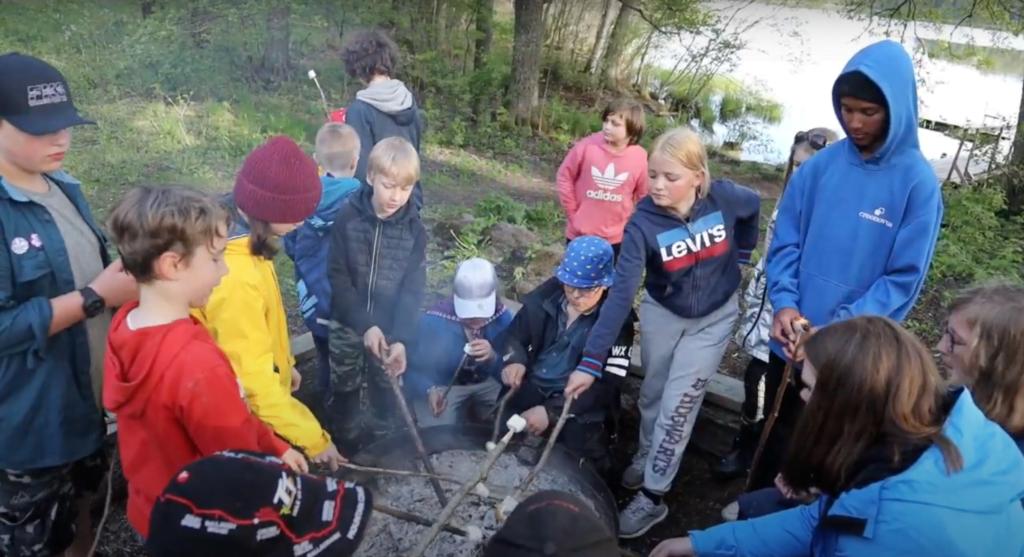 Några av Equmenia Stuvstas scouter grillar marshmallows.