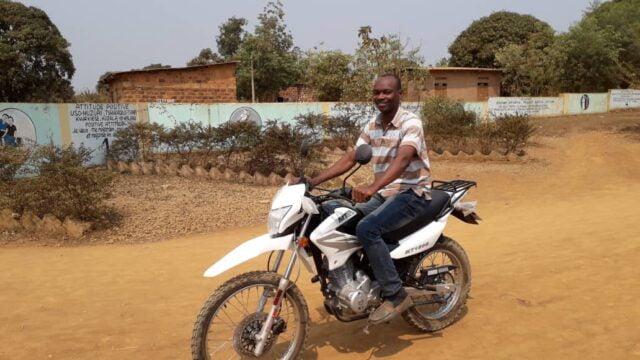 Nya motorcyklar till idrottsskolan hjälper ledarna att nå fler barn